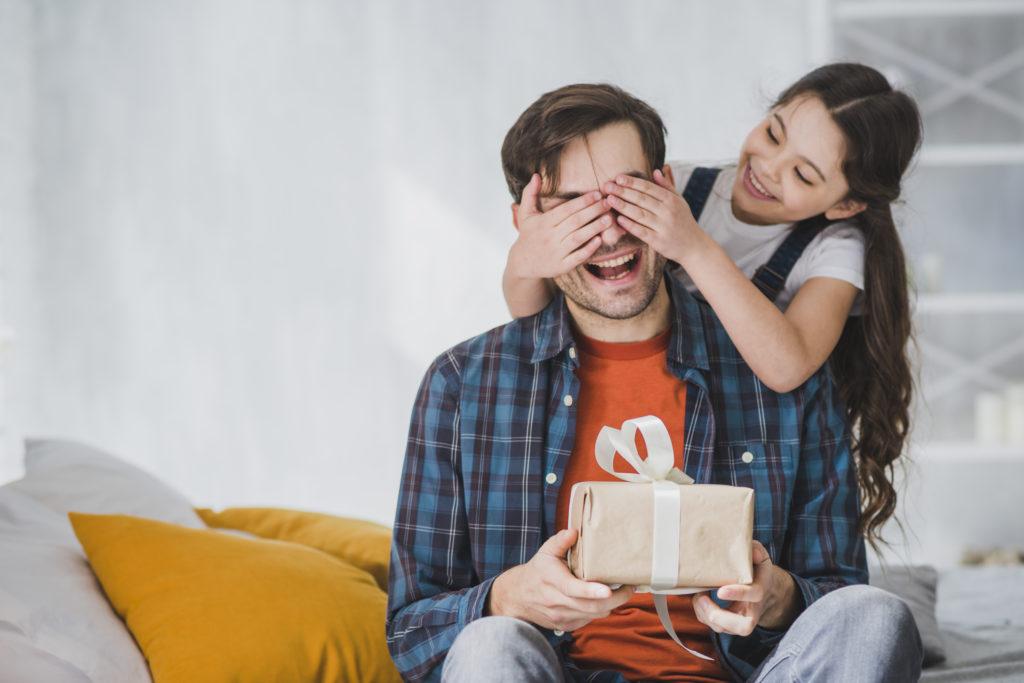 petite fille offrant un cadeau pour la fête des pères