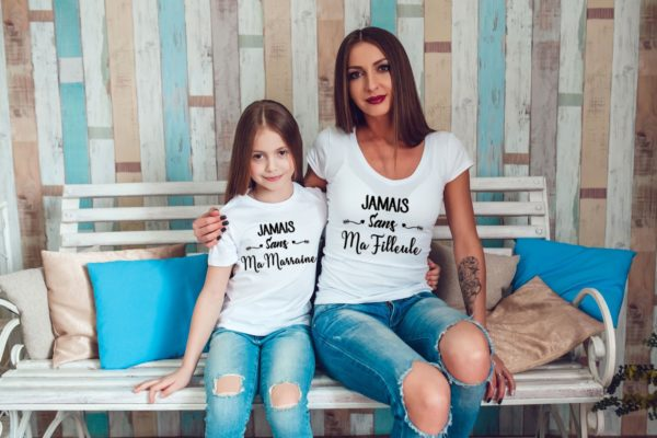 Marraine avec sa filleule portant le duo de t-shirt jamais sans m marraine/filleule